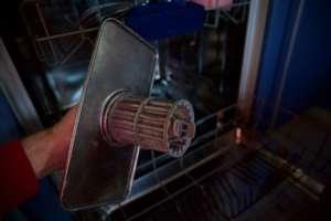 Spülmaschine stinkt - Sieb kann Ursache sein