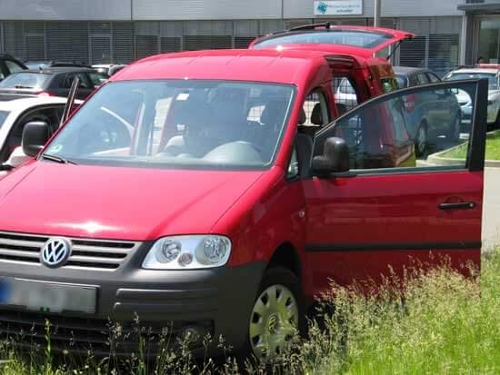 VW Caddy mit offenen Türen und offener Heckklappe