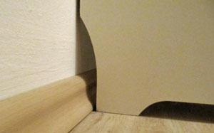 Ausschnitt für Fußbodenleiste an Regal