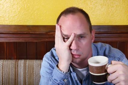 Verkaterter Mann mit Kaffee
