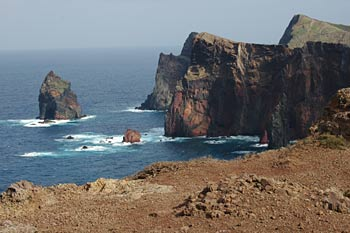 Meer und Felsen strukturieren dieses Bild - (Foto: Martin Goldmann)