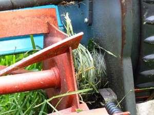 Gras, das sich um die Achsen eines Handmähers gewickelt hat - (Foto: Martin Goldmann)