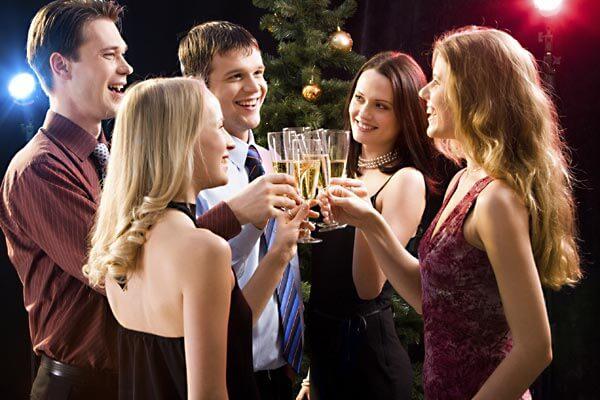 Menschen auf einer Party prosten sich mit Sekt zu - (Foto: iStockphoto/Dmitriy Shironosov)