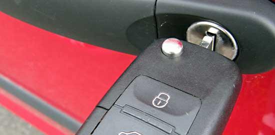 Türschloss eines PKW mit eingestecktem Schlüssel - (Foto: Martin Goldmann)