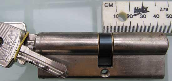 Ein Zollstock misst den Abstand zum Zapfen eines Tuerschliesszylinders - (Foto: Martin Goldmann)