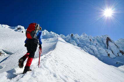 Bergsteiger beim Anstieg im Schnee - (Foto: iStockphoto/Danny Warren)