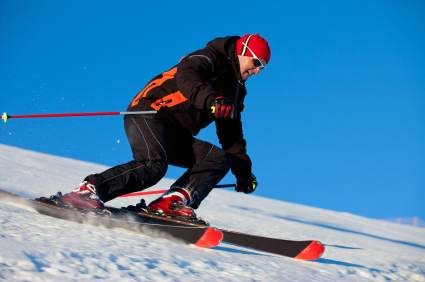 Skifahrer mit Carving Ski - (Foto: iStockphoto/Vladan Milisavljevic)