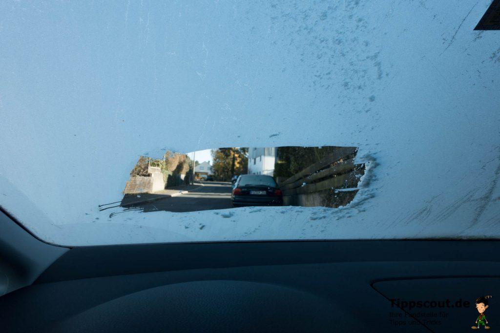 SO NICHT! Nur ein Guckloch freizukratzen ist zu wenig. Sie gefährden sich und andere Autofahrer.