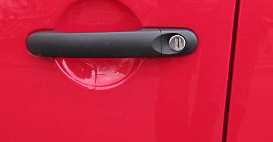 Türgriff und Türspalt eines PKW