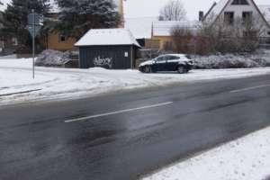 Autofahren im Winter: Auto biegt in verschneite Straße ab