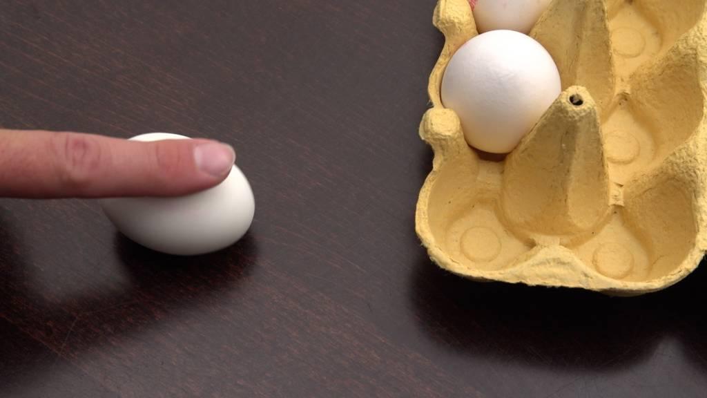 Gekochte und Rohe Eier unterscheiden