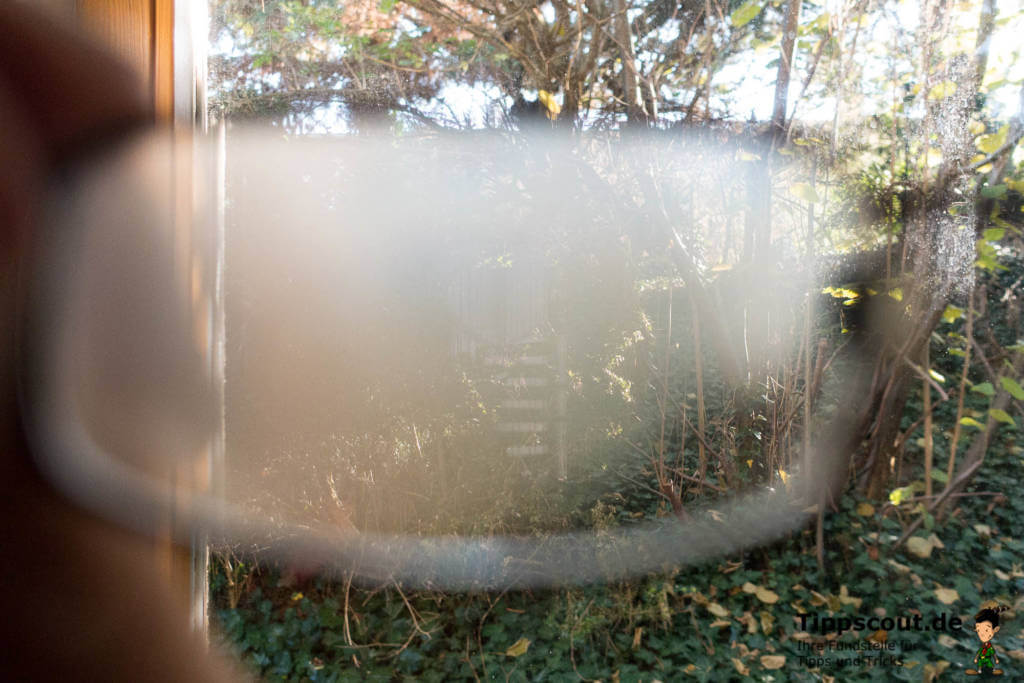Beschlagene Brille vor Fenster