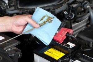 Öl prüfen mit dem Peilstab - (Foto: iStockphoto/joebelanger)