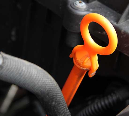 Öl-Peilstab mit orangener Kennzeichnung