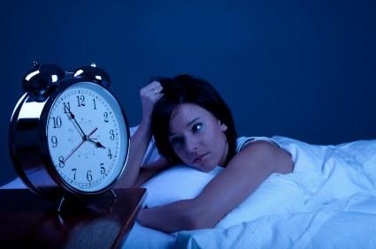 Schlaflose Frau und Wecker - (Foto: iStockphoto/Justin Horrocks)