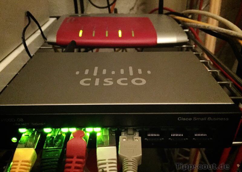 Ein Cisco-Gigabit-Switch vor einer Fritzbox - (Foto: Martin Goldmann)