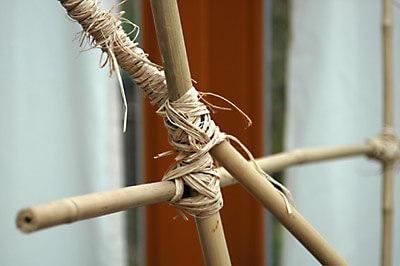 Bambusstangen mit Blumendraht und Bast zusammen gebunden