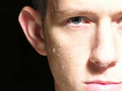 Gesicht eines schwitzenden Mannes - (Foto: iStockphoto/Joshua Blake)