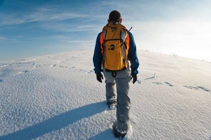 Mann auf Winterwanderung - (Foto: iStockphoto/Guven Demir)