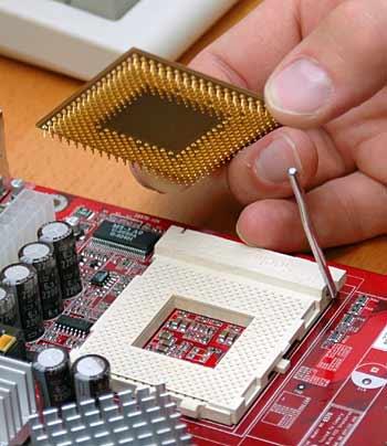 Beim aufstecken des Prozessors ist Vorsicht geboten - (Foto: Martin Goldmann)
