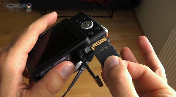 Nachsehen, ob die Speicherkarte in die Kamera eingesteckt ist - (Foto: Martin Goldmann)