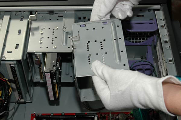 Laufwerkskorb einer Festplatte ausbauen
