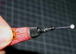 Sekundenkleber mit Nadel dosieren - (Foto: Markus Schraudolph)