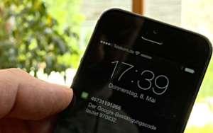 Ein Google Code auf dem Sperrbildschirm des iPhone - (Foto: Martin Goldmann)