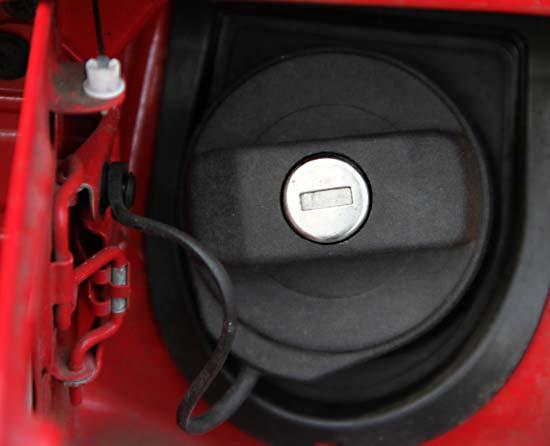 Tanköffnung bei einem Auto - (Foto: Martin Goldmann)