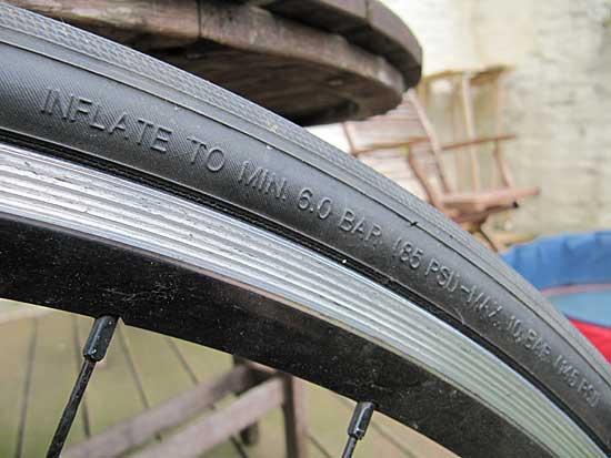 Angabe des minimalen und maximalen Drucks auf einem Rennrad-Mantel - (Foto: Martin Goldmann)