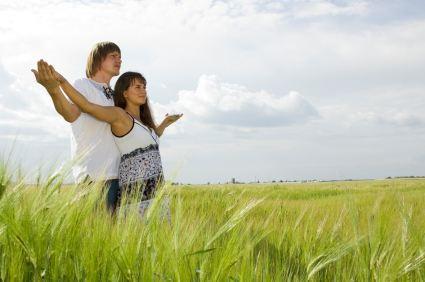 Schwangeres Paar im Urlaub - (Foto: iStockphoto/Mikhail Zykov)