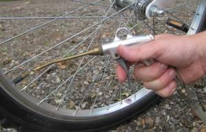Fahrradreifen mit Kompressor auffüllen - (Foto: Markus Schraudolph)