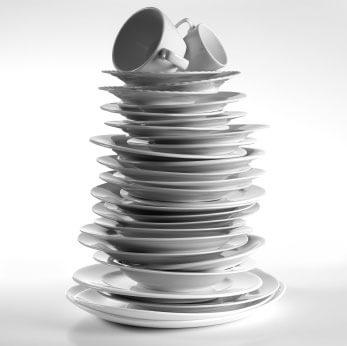 Teller und Tassen auf einem Stapel - (Foto: iStockphoto/MARIA TOUTOUDAKI)