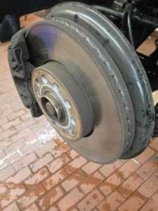 Bremsscheibe eines Autos erlaubt Rückschlüsse auf abgefahrene Bremsbeläge