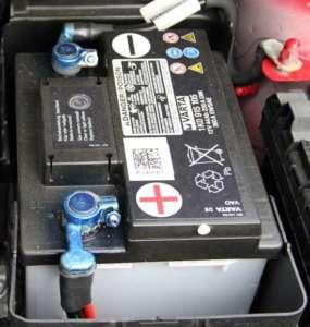 Auto-Batterie - Sichtprüfung zeigt, ob Batterie defekt ist