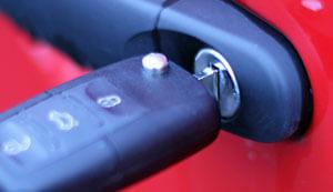Autoschlüssel im Türschloss - (Foto: Martin Goldmann)