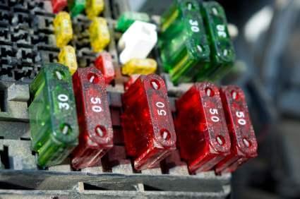 Sicherungen im Auto - (Foto: iStockphoto/slearmonth2)