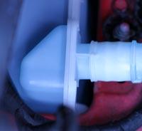Behälter für Scheibenreinigungsmittel im Motorraum - (Foto: Martin Goldmann)