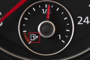 Tankuhr mit Zapfsäulensymbol und Pfeil zum Tank.