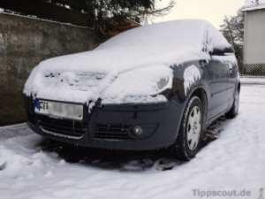 Zugeschneites Auto - hier muss man den Schnee entfernen