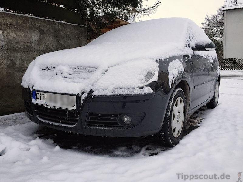 VW Polo schneebedeckt - (Foto: Martin Goldmann)