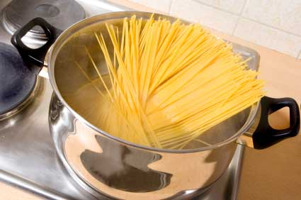 Spaghetti in einem Topf - (Foto: iStockphoto/Thomas Pullicino)