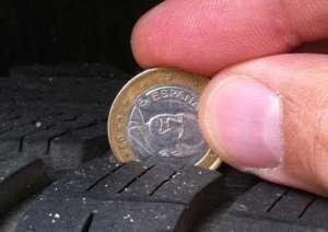 Messen der Profiltiefe mit einer Ein-Euro-Muenze - (Foto: Martin Goldmann)