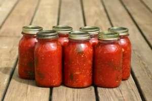 Eingekochte Tomaten im Glas