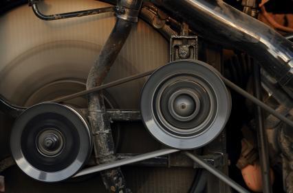 Keilriemen in einem Motor - (Foto: iStockphoto/Aphinan Surasit)