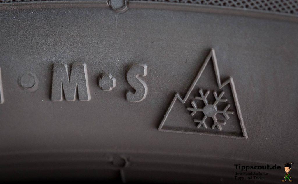 Die Bezeichnung M+S und die Schneeflocke weisen auf einen Winterreifen hin.