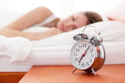 Schlafende Frau und Wecker - (Foto: iStockphoto/Luis Alvarez)