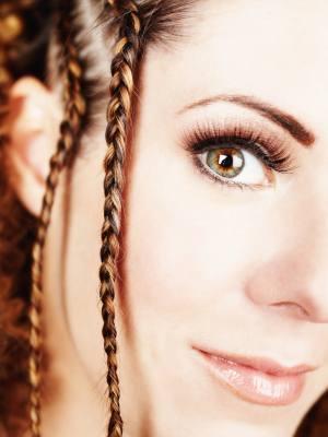 Frau mit feinen Zoepfen - (Foto: iStockphoto/SuperflyImages)