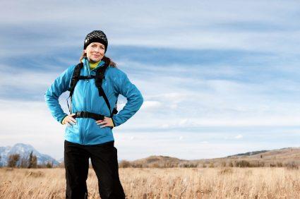Wandernde Frau mit Outdoor-Jacke und Rucksack - (Foto: iStockphoto/Jacom Stephens)