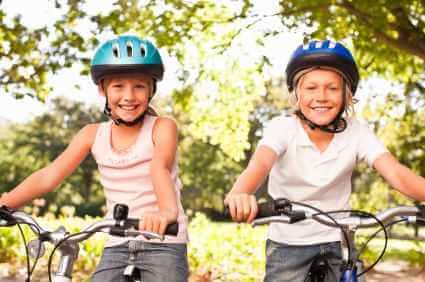 Zwei Kinder auf ihren Raedern - (Foto: iStockphoto/Neustockimages)
